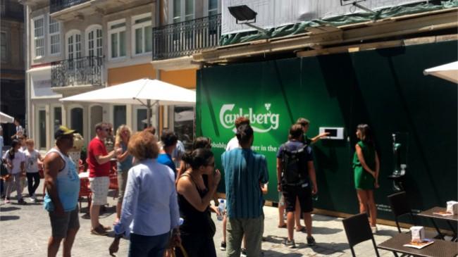 Outdoor da Carlsberg oferece cerveja na cidade do Porto